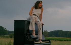 Kira auf dem Klavier